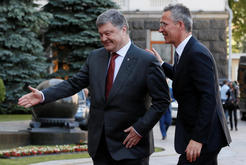Президент Украины Петр Порошенко (слева) и генсекретарь НАТО Йенс Столтенберг, Киев, 10 июля 2017.