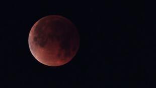 """Una """"luna de sangre"""" registrada durante el eclipse del 31 de julio de 2018."""