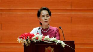 La dirigente birmana Aung San Suu Kyi hablando sobre la crisis de los rohinyás desde Naypyitaw, Birmania, el 19 de septiembre de 2017.
