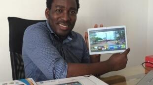 Eric Mêtinhoué, le concepteur des tablettes béninoises Kova, avec le modèle professionnel.