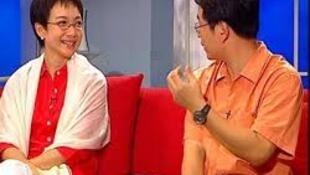 鄧小平孫女、安邦董事長吳小暉之妻鄧卓芮接受央視採訪的畫面。