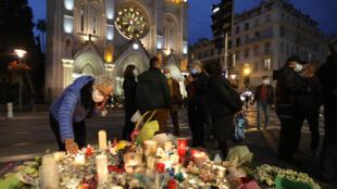 Цветы и свечи у церкви Нотр-Дам-де-Нис, где 29 октября произошел теракт.