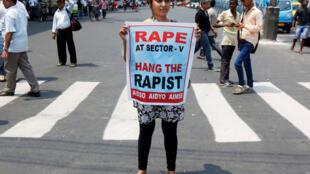 Casos de estupros coletivos ficam evidentes nos últimos dias. Ontem, manifestantes protestaram contra abuso sofrido por uma mulher em um carro em movimento na Índia.