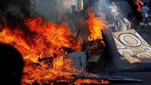 Des débris en train de brûler lors d'une manifestation contre le gouvernement chilien à Santiago du Chili, le 30 octobre 2019.