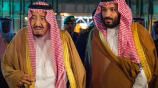 O rei da Arábia Saudita, alman bin Abdulaziz Al Saud, e seu filho, o príncipe Mohammed bin Salman, em 8 de novembro de 2017.