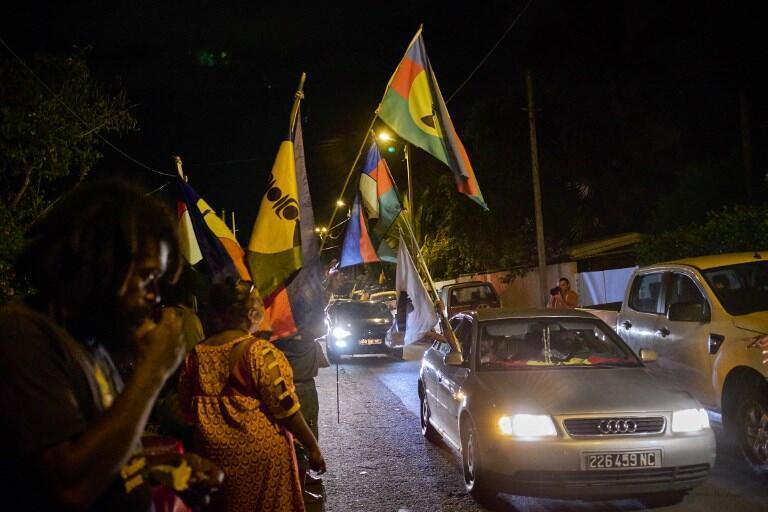 Des militants pour le «oui» à l'indépendance de la Nouvelle-Calédonie devant le quartier général du parti indépendantiste Union calédonienne, après le référendum du 4 novembre à Nouméa.