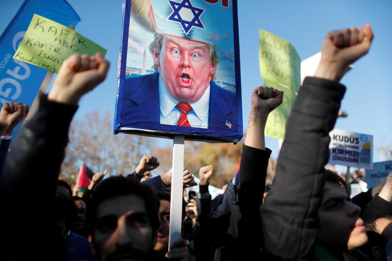 Người Thổ Nhĩ Kỳ phản đối quyết định của tổng thống Trump chuyển sứ quán Mỹ đến Jerusalem, Istanbul, ngày 08/12/2017.