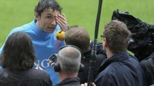 O capitão da seleção holandesa de futebol, Mark van Bommel, fala com a imprensa após o treinamento aberto ao público em Cracóvia na última quarta-feira.