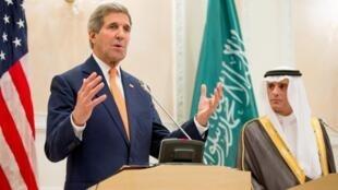 Secretário de Estado norte-americano, John Kerry (e), conversa com a imprensa ao lado do chefe da diplomacia saudita, Adel al-Jubeir