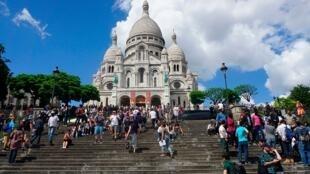 Touristes devant le Sacré Coeur à Paris.