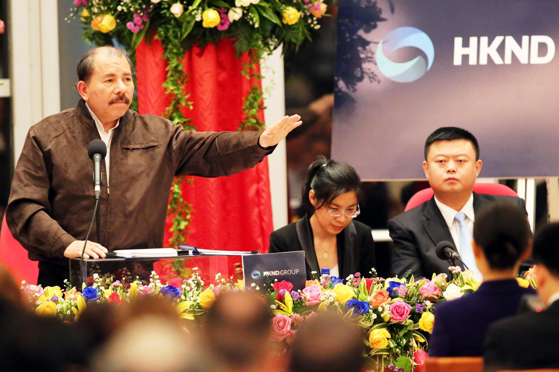 Le président du Nicaragua, Daniel Ortega, et le président  de HKND, Wang Jing, annoncent la signature du contrat. Photo datée du 14 juin 2013.