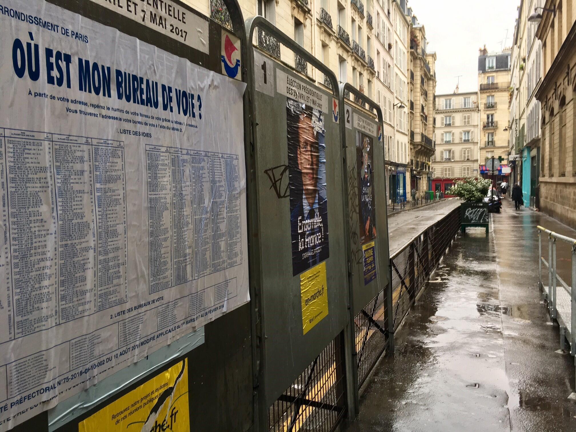 Щиты около избирательных участков на президентских выборах в Париже, 7 мая 2017 года