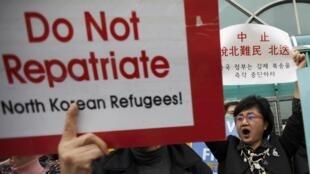 Biểu tình trước sứ quán Trung Quốc tại Seoul yêu cầu Bắc Kinh không trả về Bắc Triều Tiên 7 người tị nạn, Seoul, le 27/03/2012.