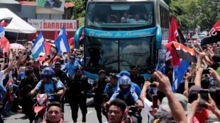 Le président nicaraguayen, Daniel Ortega dans le bus salue ses supporters lors des célébrations marquant le 40e anniversaire de la révolution sandiniste, à Managua le 6 juillet 2019.