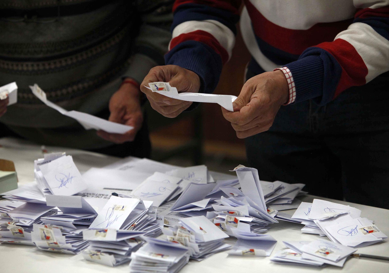 A candidata socialista Michelle Bachelet  terá que disputar o segundo turno da eleição presidencial contra a candidata de direita Evelyn Matthei.