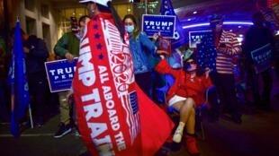 Des républicains manifestent devant le Centre de convention de Philadelphie, en Pennsylvanie, un Etat où Donald Trump reste en tête mais son avance s'amenuise avec le dépouillement toujours en cours des votes par correspondance.