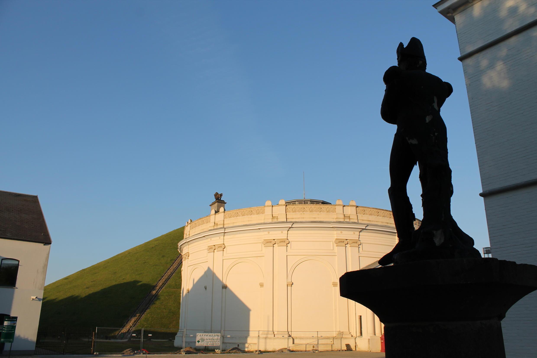 战役结束200年后,拿破仑的影子比以往任何时候都更加笼罩着滑铁卢。