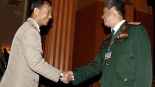 Trung tướng Ye Myint, người đứng đầu cơ quan tình báo quân đội Miến Điện (trái) đang bắt tay Thượng tướng Nguyễn Khắc Nghiên (phải), tại hội nghị lãnh đạo quốc phòng ASEAN tại Hà Nội ngày 29/3/2010.