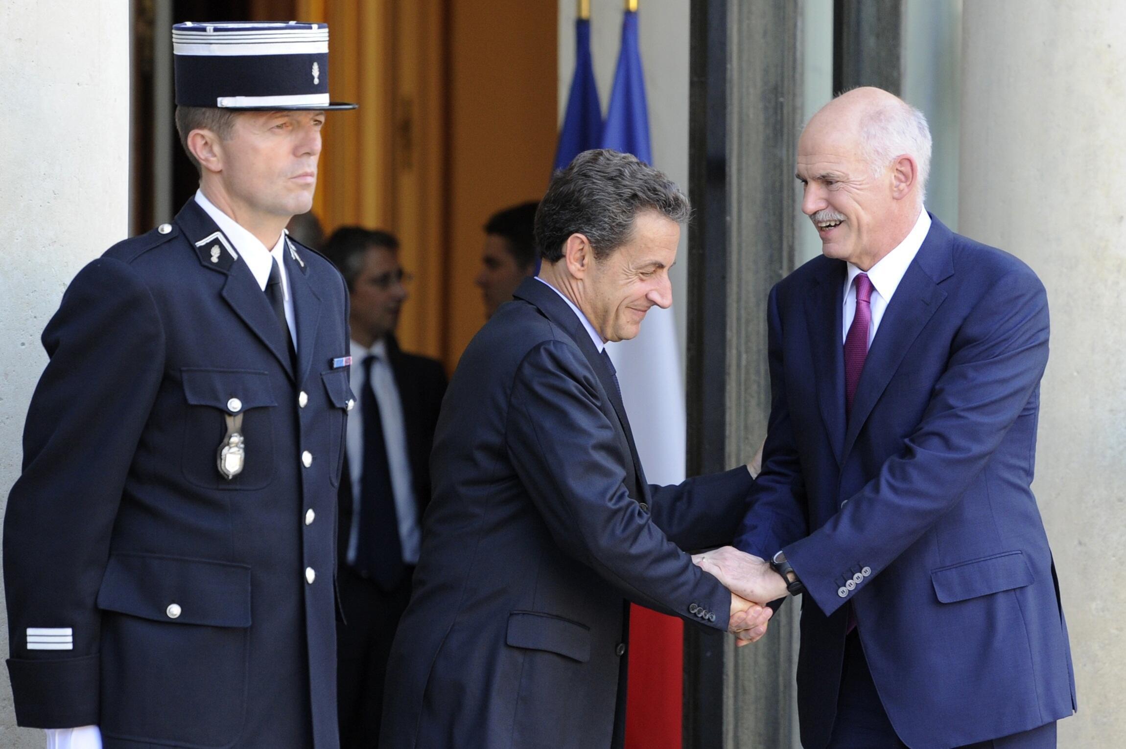 Waziri Mkuu wa Ugiriki George Papandreou akiwa na Rais wa Ufaransa Nicolas Sarkozy