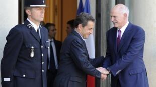 Tổng thống Pháp N.Sarkozy tiếp thủ tướng Hy Lạp G.Papandréou (phải) tại Paris hôm 29/9/2011 trong nỗ lực tìm giải pháp giải cứu Hy Lạp .