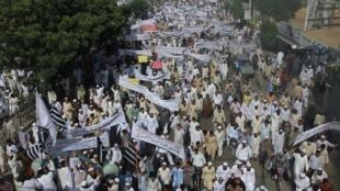 Protesto contra o filme anti-islã em Karachi, no Paquistão, nesta sexta-feira (21).