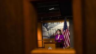 La presidenta de la Cámara de Representantes, Nancy Pelosi, pide la destitución del presidente Donald Trump de su cargo, ya sea mediante la invocación de la 25a Enmienda por parte del vicepresidente Mike Pence y la mayoría de los miembros del gabinete o la acusación en el Congreso, el 7 de enero de 2021 en Washington