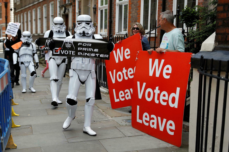 À gauche: des gens déguisés en stormtroopers se demandent s'il est raisonnable de confier le pays à «Dark Vador». À droite, des partisans du Brexit. Devant les bureaux de Boris Johnson, le 22 juillet.