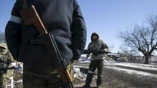 Пророссийсике сепаратисты на блок-посту между Углегорском и Дебальцево, 18 февраля 2015 г.