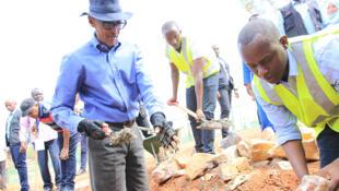 Coup d'envoi des commémorations du 25e anniversaire du génocide des Tutsis à Nyanza avec le président Paul Kagame, le 31 mars 2019.
