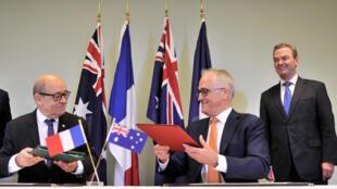 Le ministre français de la Défense, Jean-Yves Le Drian, et le Premier ministre australien, Malcolm Turnbull, à Adelaïde en Australie, le 20 décembre 2016.
