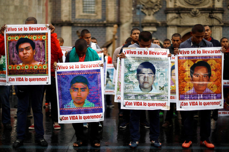 Estudiantes muestran los retratos de los 43 desaparecidos de Ayotzinapa durante una marcha en la Ciudad de México el pasado 23 de agosto de 2017.