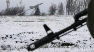 Сепаратист на фоне советского истребителя Миг-21 в Углегорске 10/02/2015