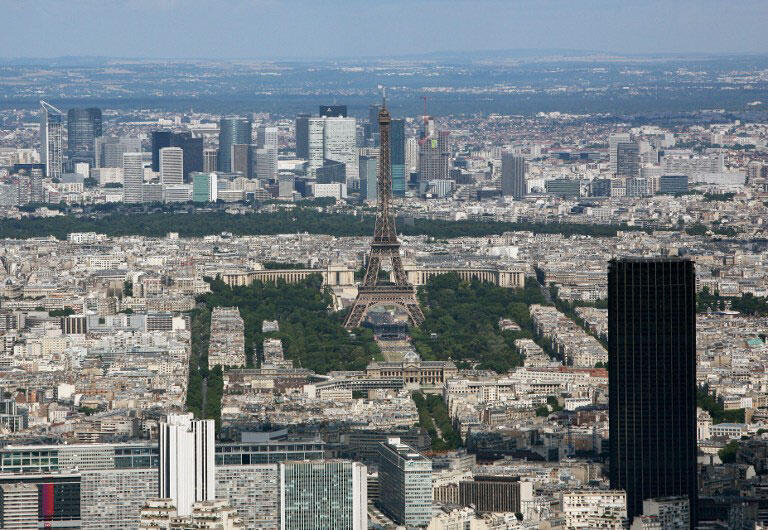 巴黎兩座最高建築蒙帕納斯大廈(近景黑色建築)和艾菲爾鐵塔