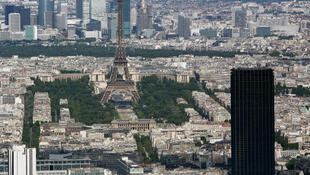 巴黎两座最高建筑蒙帕纳斯大厦(近景黑色建筑)和艾菲尔铁塔