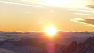 Lever de soleil sur le Pic du Midi, France