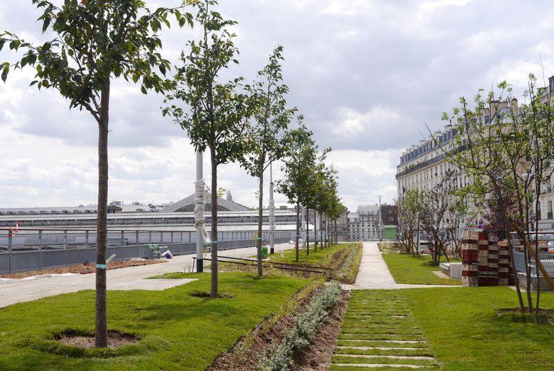 Jardim Marielle Franco junto à Gare de l'Est, uma das principais estações de trem de Paris.