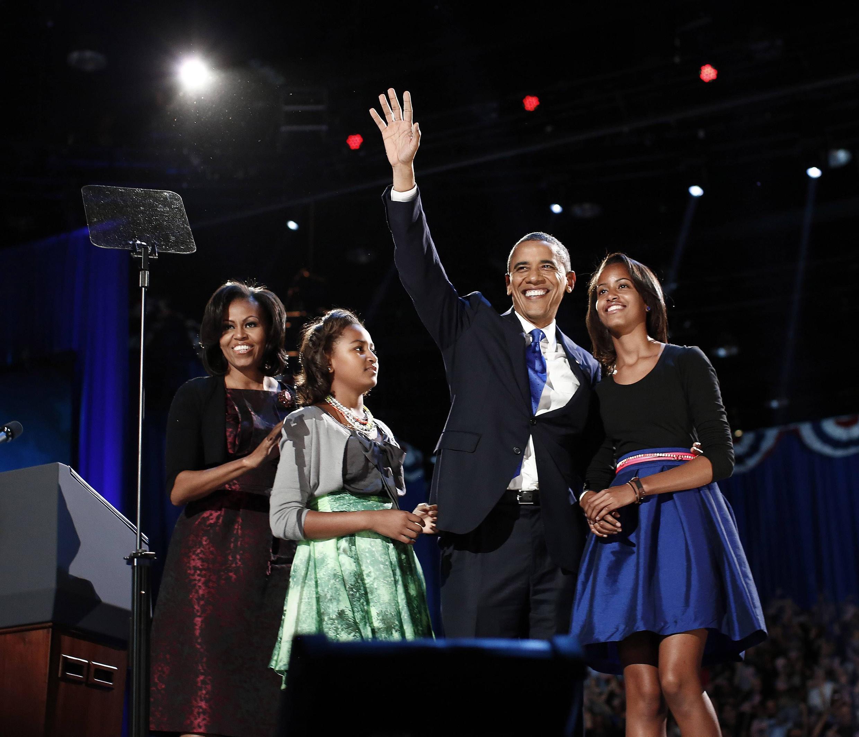 Ông Obama cùg với gia đình tại Chicago trong đêm 07/11/2012 (REUTERS)