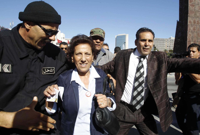 Radhia Nasraoui, encadrée par les forces de sécurité lors de la manifestation de soutien à  la jeune fille violée par les policiers, le 1er novembre 2012.