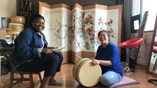 Laure Mafo (g) est l'une des très rares étrangères à pratiquer le pansori, un art coréen traditionnel du chant et de la narration.