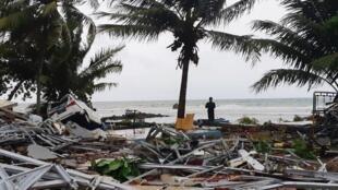 Estragos do tsunami que atingiu 22 de dezembro as ilhas de Java e Sumatra na Indonésia