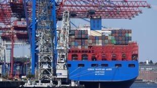一艘中国货船在汉堡港卸货