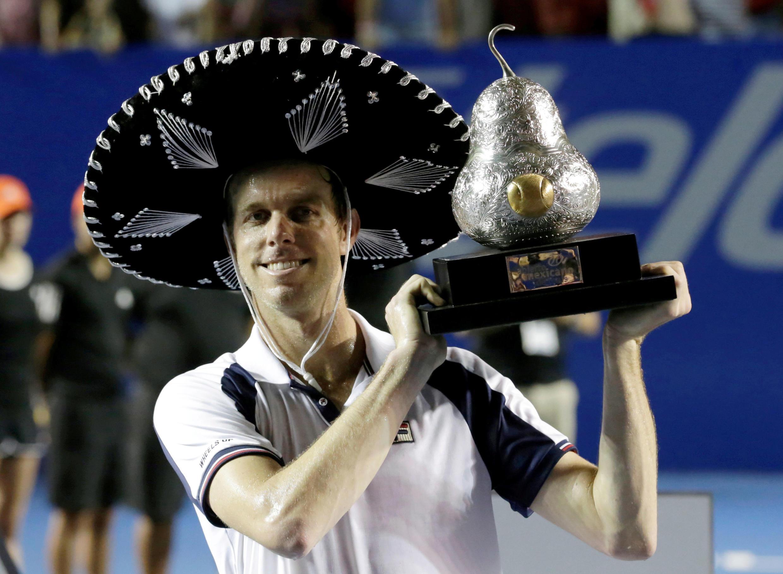 Sam Querrey muestra su trofeo tras vencer a Rafael Nadal, este 4 de marzo de 2017 en Acapulco, México.