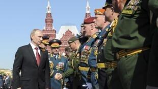 ប្រធានាធិបតីរុស្ស៊ី លោក Vladimir Poutine ជួបសាកសួរពលទាហាន