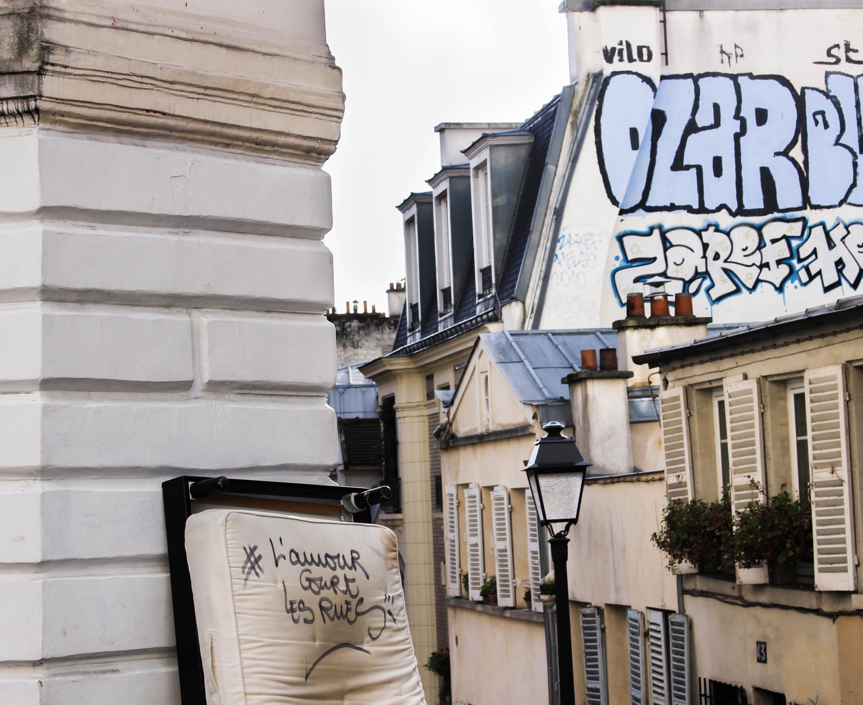 El conocido grafiti de Wilfrid A., escrito sobre un colchón en Montmartre, París.