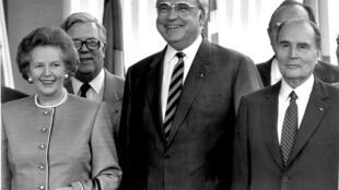 Thủ tướng Đức Helmut Kohl (G) bên cạnh đồng nhiệm Anh Margaret Thatcher và tổng thống Pháp François Mitterrand trong hội nghị thượng đỉnh châu Âu ở Hannova năm 1988.