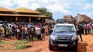 La police kenyane dans le village de Chakama non loin de l'endroit où a été enlevée l'Italienne. (Le 21 novembre 2018).
