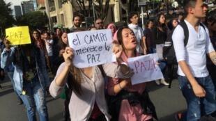 Sinh viên sư phạm tại Bogota biểu tình phản đối chính sách của đối lập Colombiea, ngày 03/10/2016.