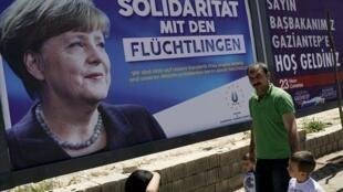 Les murs de la ville turque de Gaziantep, en Turquie, sont pavoisés d'affiches représentant la chancelière allemande en visite ce samedi 23 avril avec deux représentants de l'Union européenne et ce message : «Solidarité avec les réfugiés».