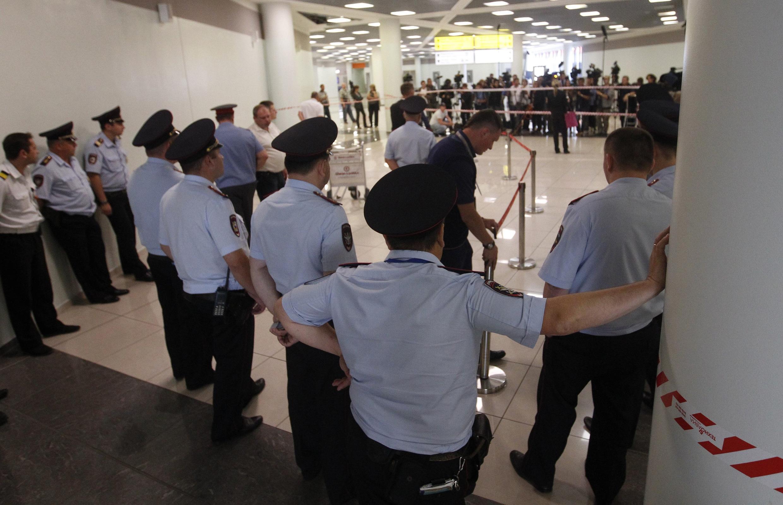 La sécurité a été renforcée dans la zone de transit de l'aéroport après l'annonce par les médias russes de la sortie prochaine d'Edward Snowden. Moscou, le 24 juillet 2013.