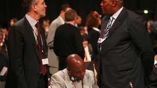 Le délégué canadien (à gauche) à coté de représentants camerounais lors de l'ouverture du Sommet de Copenhague.